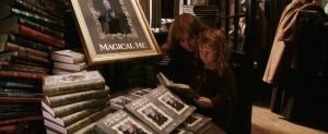 In Harry Potter zat een personage dat Professor Lockhart heette, die altijd zichzelf op de cover van al zijn boeken zette. Ik hartje Professor Lockhart.